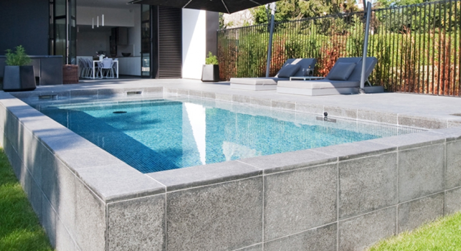 Piscine hors sol beton a debordement cool chantier mini for Piscine hors sol a debordement